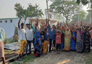 नवीन परती की जमीन पर कब्जा हटानेको लेकर महिला व पुरुषों ने किया विरोध प्रदर्शन